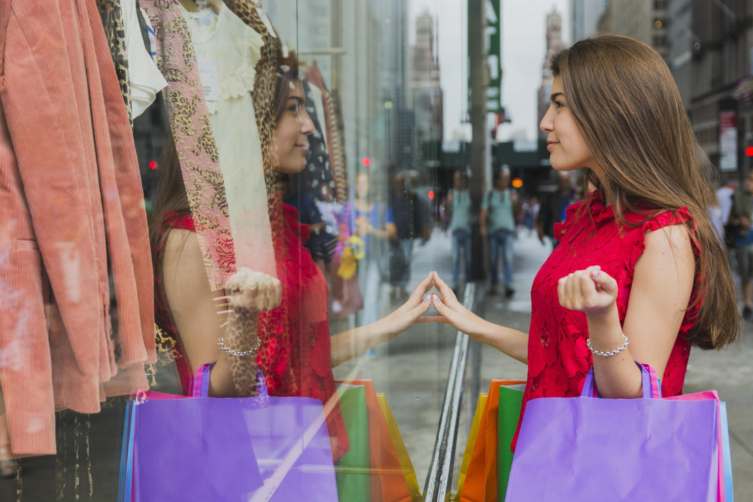 Mulher observando uma vitrine e em um processo de decisão de compra